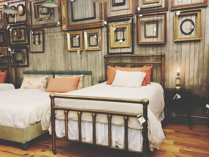 Retro Antique Design Interior Design Furniture Bed Pillow Indoors  Relaxation Domestic Room Bedroom Architecture Home Interior Picture Frame Wall - Building Feature