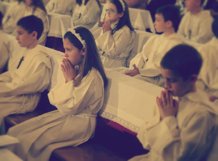 2011 Amalfi  Child Church Duomo Indoors  Italy Kids People Pray Sitting White アマルフィー イタリア ドゥオーモ 南イタリア 子供