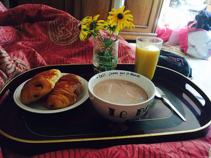 Petit Dejeuner Jus D'orange Au Lit  Pain Au Chocolat Fleurs Morning Chocolate Doudou ❤ Bol Cuillères Followme