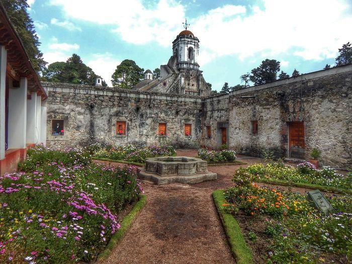 El patio y la fuente. Desierto De Los Leones. Convento Mexico