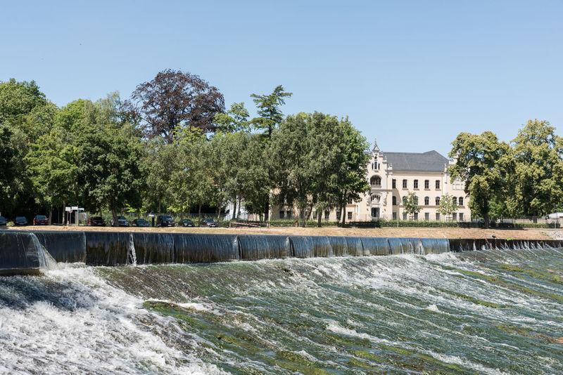 Deutschland Grimma Wehr Fluss Historisches Gebäude Keine Menschen Klarer Himmel Mulde Sachsen Tag Wasser