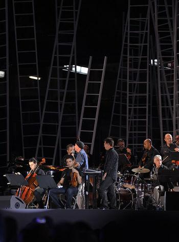 El alma mater del concierto....Lluis Llach en el inicio de la segunda parte inaugurando las interpretaciones de sus canciones por parte de musicos internacionales...buenas tardes !!! Tossudament Alçats Concert Per La Llibertat