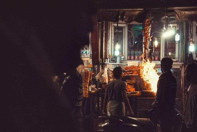 Flaming. Instagram Instadaily Nightwalk Streetphotography Travelphotography Travelers Travel Lensamalaya Candidsyndrome Saifulnangacademy Rarecation Akuygsnap Olddelhi JamaMasjid Nightlife India