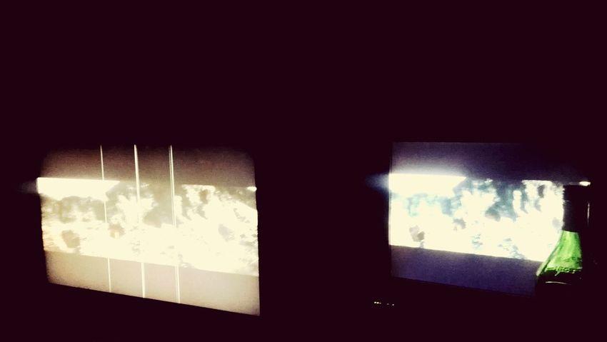 один экран ему....один мне....он в кровати я в кресле у компа...милостиво рассказывая кто кого и за что писдит))))орков любят оба))))