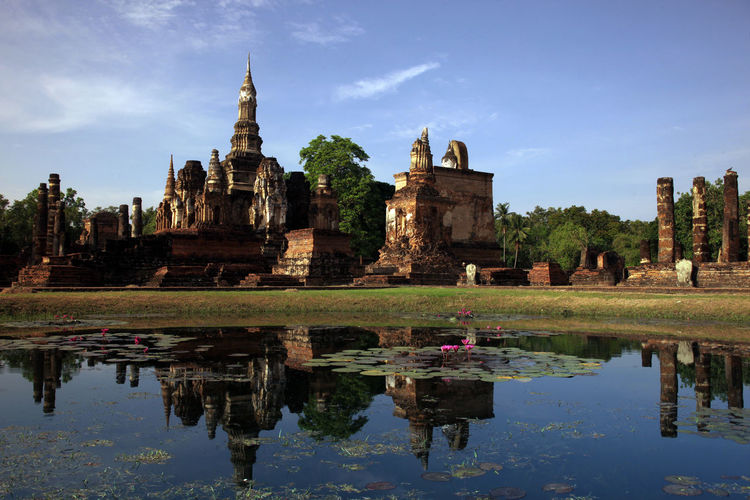 Ruins of ancient buddhist temple in sukhothai historical park