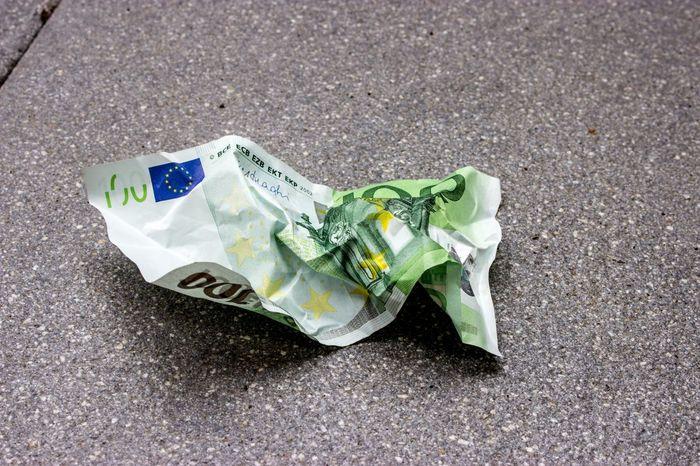 100 Euro 100€ Geldscheine Business Close-up Corporate Business Crumpled Crumpled Money Crumpled Paper Currency Euro Europa Finance Fund Geldscheine Grün High Angle View Loss Müll No People Outdoors Paper Currency Papiergeld Waste Währung