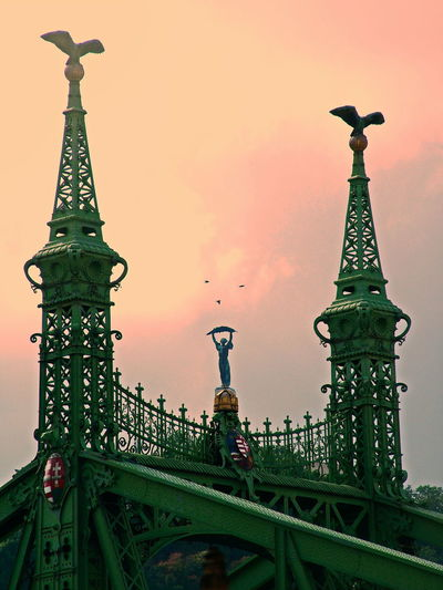 Synergie Tricky Pic Outdoor Duna Danube Bridge - Man Made Structure Trükkös Szabadság Híd Szinergia Sky And Clouds Dramatic Budapest, Hungary Hungary Photos Hungary History Travel Destinations Tourism Art And Craft No People Outdoors Tall - High Travel Sculpture Sky ArtWork Art Craft Iron - Metal