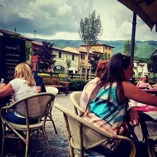 Som tur är har dom ett café med gott Caffè och glass. Italy Coffe Shop Thunderstorm Ice Cream