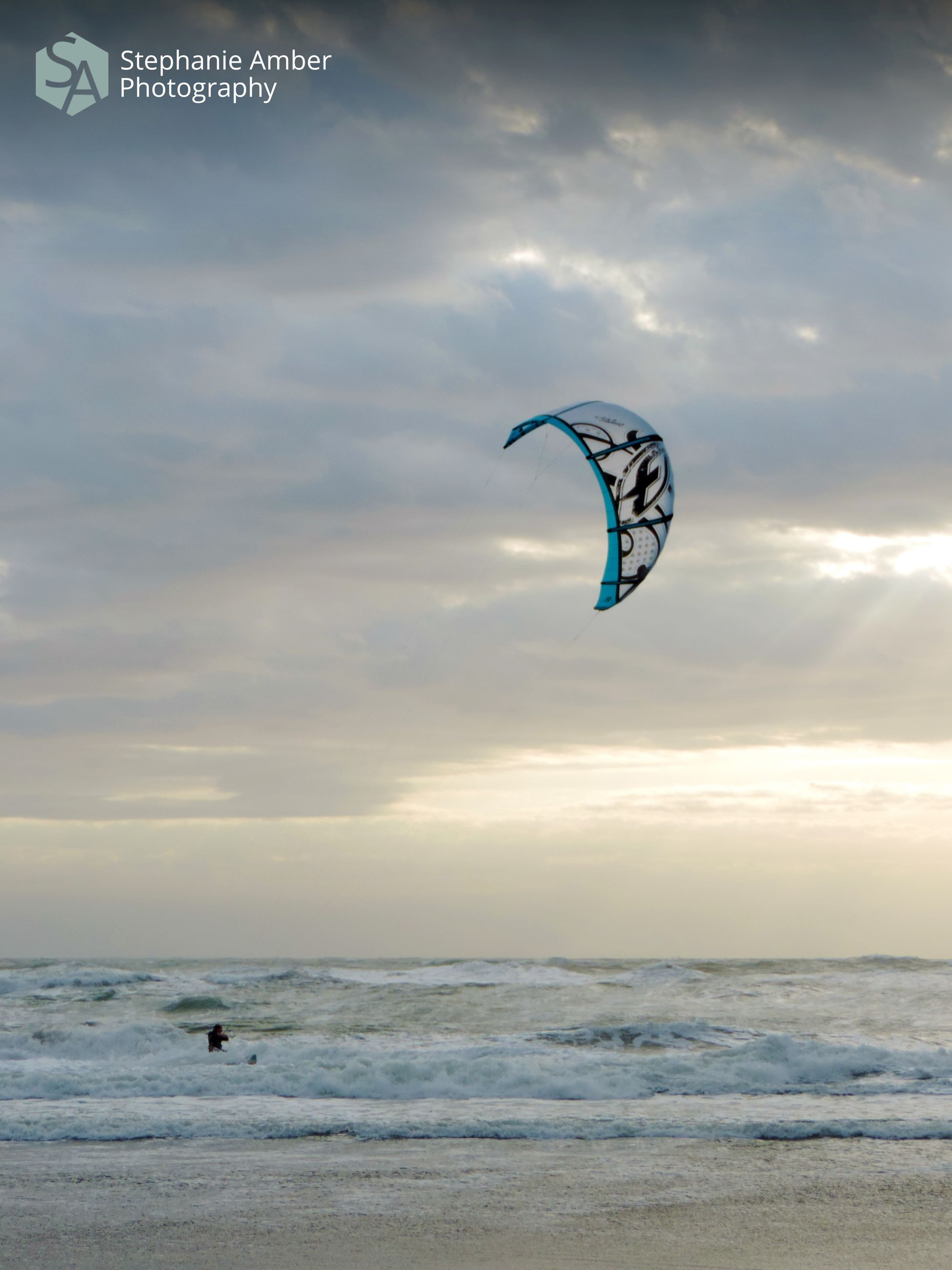 sport, sky, extreme sports, sea, adventure, water, cloud - sky, beauty in nature, parachute, horizon over water, leisure activity, nature, scenics - nature, unrecognizable person, real people, aquatic sport, lifestyles, paragliding, horizon, freedom, kiteboarding, outdoors