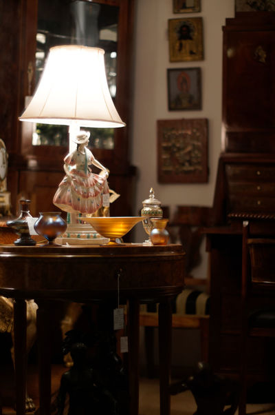 Dansez, dansez Lighting Equipment Table Electric Lamp Illuminated Indoors  Furniture No People Food Home Interior Transparent Lamp Shade  Focus On Foreground Light Electric Light Selective Focus Frame Domestic Room Glass - Material Absence Glass Luxury Setting Antiques