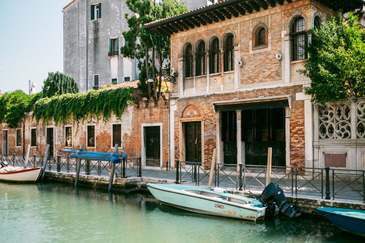 Nautical Vessel Building Exterior Mode Of Transportation Water Transportation Architecture Built Structure Moored Day Nature Waterfront City Building No People Tree Travel Canal Window Plant Outdoors Gondola - Traditional Boat Sailboat Wooden Post Canals And Waterways