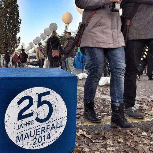 My Fuckin Berlin celebrates Fallofthewall25 with 8,000 illuminated balloons along the former Berlin Wall 25fotw