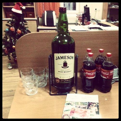 С бутылкой Джеймсона работать веселей ))) Irishwhiskey Jameson Job Alcoparty