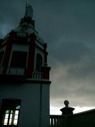 moments ven dose swellin clouds tear dwn itself wd rainCampus Rooftop Lenovography
