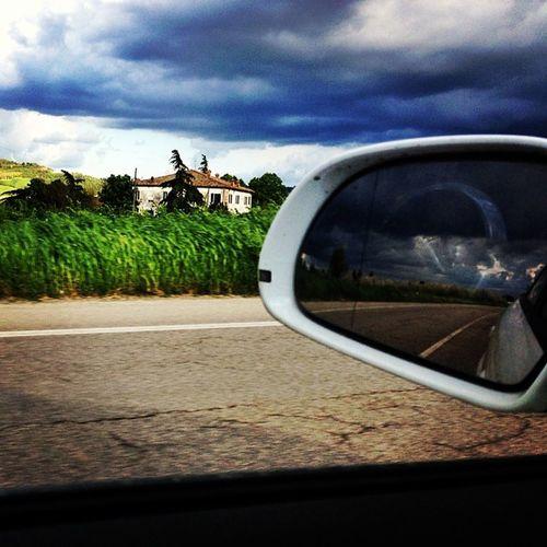 Guidare evitando la grandine.