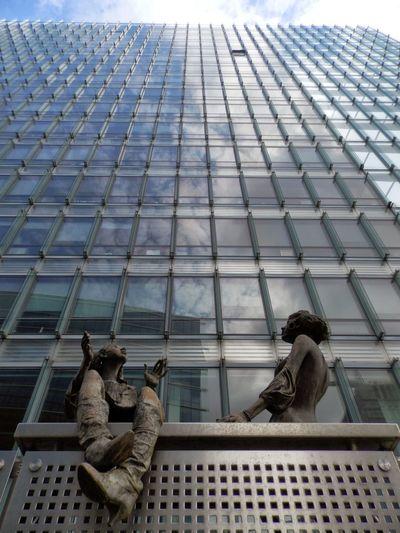 Brussels Europäische Kommission Froschperspektive Statuen Glass Looking Up Architecture Looking Up Building Office Building Office Building Exterior Sky