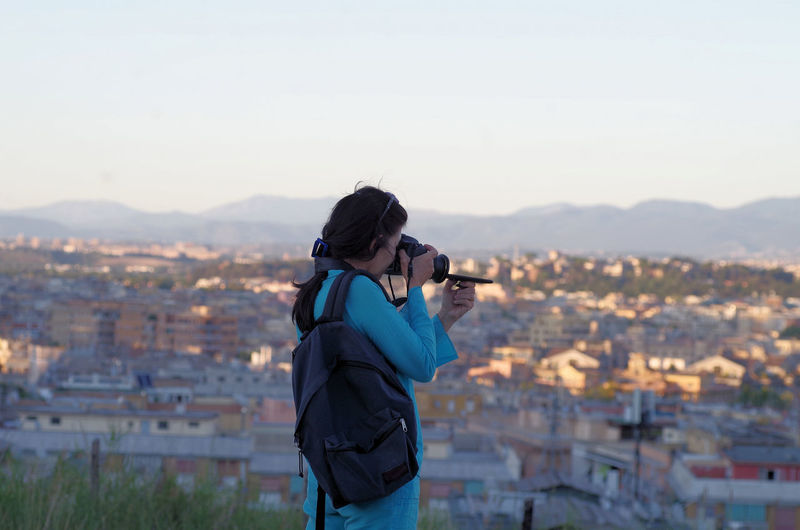 Girl takin landscape picture with a strange technic