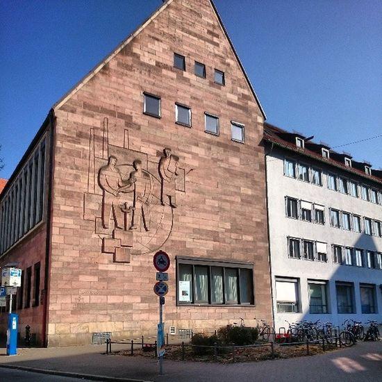 ...wenigstens hat man jetzt einen super Blick auf das Außenfresko der Ihk . Toll. Nicht Baumab in der Innenstadt. Nürnberg