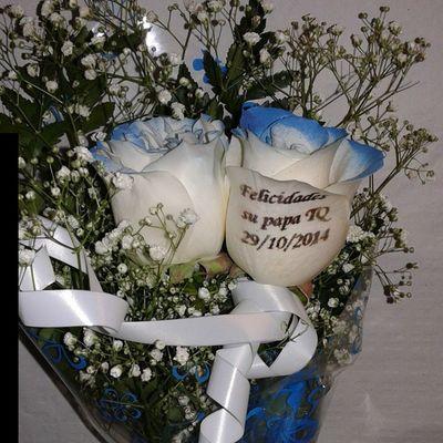 Ramito de dos rosas azules, una de ellas con un mensahe tatuado en el petalo. Http://graficflower.com Rosasazules Rosaazul Ramoderosas Regalodeaniversario Regalooriginal Floresazules
