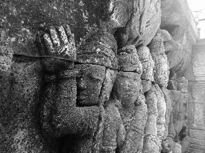 Relief candi borobudur Sebuah karya rakyat indonesia di magelang yang harus terus dijaga Iloveindonesia Heritage Candiborobudur Mytrip MyAdventure Bw Blackandwhite Kofipon Asuszenfone5 Zenfone5 Relief Visitindonesia Consinasumpahpemuda Consinachallenge Theoutdoorlifestyle