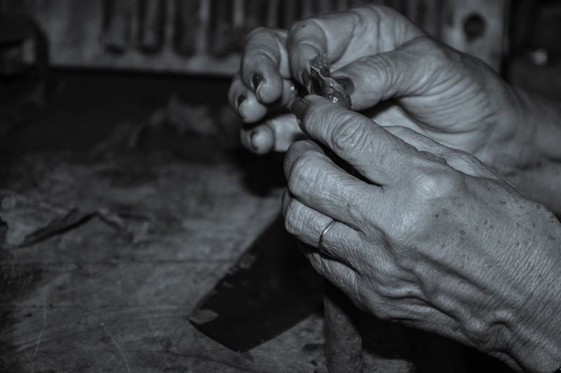 Holding Focus On Foreground Human Finger Senior Women Aging Process Daily Life Working Hands At Work Blackandwhite Cigars Handmade Cuba Trinidad Manufacturing Traveling Photography Aboutgabriella Aroundtheworld