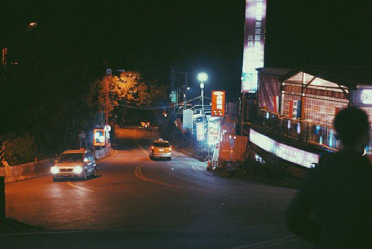 荒謬的城市,無法安穩的躲避電視。我們都沒堅持太久,消極抵抗種種搧風點火,積極享受寂寞和脆弱。狼狽夾雜浪漫,緩緩逃上山,贖得短暫安寧與內心平穩河畔。 Nantou Mt.Hehuan