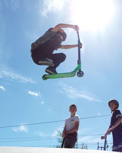 Out Of The Box Air Borne Low Angle View Real People Sky Leisure Activity Day Outdoors Sunlight Boys Stunt Sommergefühle