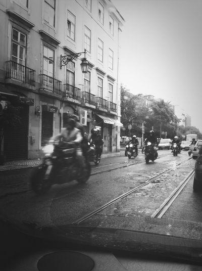 Andar de mota a chuva .. Naaaaaa nao me parece boa ideia lol