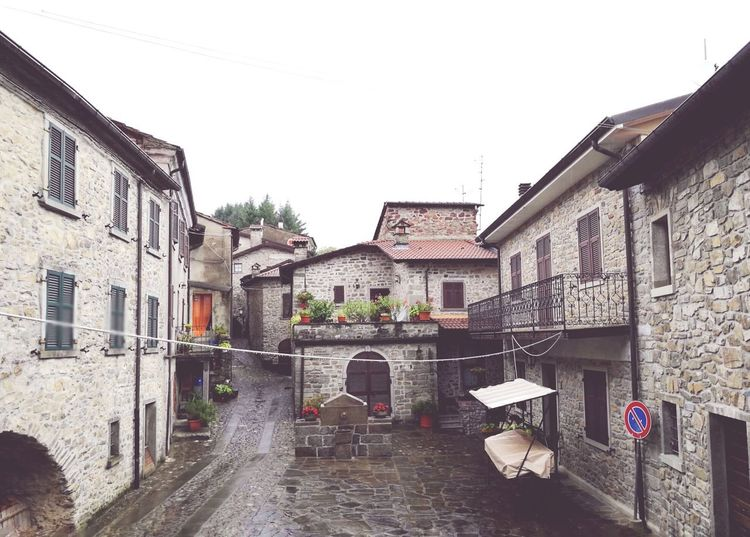 Old Village Well Kept Montereggio Il Paese Dei Librai Italy Architecture Building Exterior Built Structure Outdoors No People Sky Day Rainy Day Small Square Houses Fountain Smartphone Photography Huawei P9 Leica Android Photography