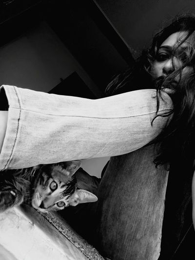 we mess Cat Lovers 🐱💞 Paw Life Morning Bestfriend EyeEm Nature Lover Posersforlife Photooftheday Wet Hair Dont Care Peeping We Are Poser Young Women Women Depression - Sadness Human Hand