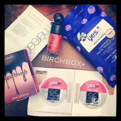 "September Birchbox : travel blueberry face wipes, Ruffian nail polish in ""Fox Hunt"", an all in one moisturizer, primer and eye cream, Sugarbomb lip gloss in ""Ultra Plush"" and some CC cream. Fancy Samples"