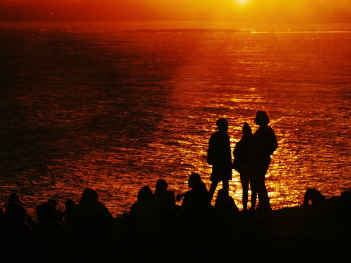 Atardecer en grupo Silhouette Sunset Orange Color Sunlight Outdoors People Sea Full Length Friendship Adult Sky Nature Cityscape Foto Photo Photooftheday Landscape