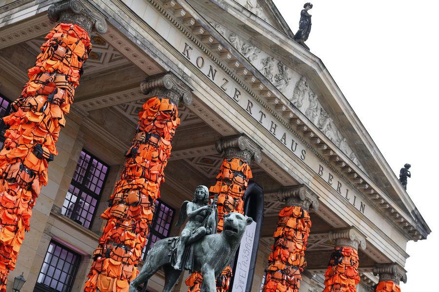 Konzerthaus Berlin mit Schwimmwesten-Verkleidung von Ai Weiwei Ai Weiwei Berlin Berlin Mitte Berlin-Mitte Deutschland Gendarmenmarkt Germany Konzerthaus Berlin Schwimmweste Refugees Art Artwork