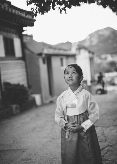 girl is looking up in hanbok dress Dress Korea Seoul Traditional Clothing Blak And White Child Girl Hanbok History Korean Culture
