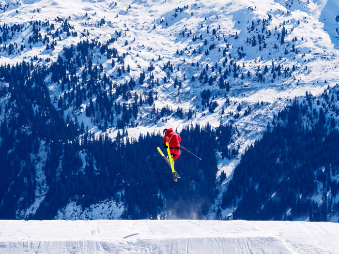 Adventure Beauty In Nature Cold Temperature Courage Day Extreme Sports Full Length Healthy Lifestyle Leisure Activity Lifestyles Men Mountain Nature One Man Only One Person Outdoors Real People Red Scenics Ski Holiday Snow Snowcapped Mountain Sport Vacations Winter