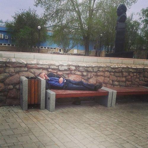 Устал. утро скамейка мужчина похмелье