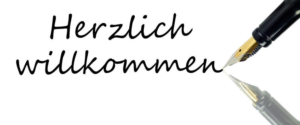 Herzlich willkommen Close-up Clothespin Information Information Sign Message No People Part Of Still Life Studio Shot Text Western Script
