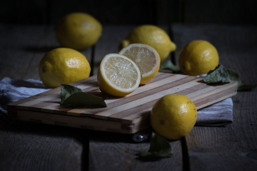 😊😊😊Hi friends! Despite the rain and the cold, I do not forget my little challenges (do what I never imagined). This one of today has been made warm.I present you a test clear light, a still life of lemons.I have a little trouble with the static, but in the end, it's not my thing but there was no breakage I let the wind take care of you 😚😚😚😚 Fruit Lemon Citrus Fruit Cross Section Indoors  Healthy Eating Food And Drink Halved Freshness SLICE Wood - Material No People Studio Shot Preparation  Lime Full Frame Day first eyeem photo EyeEm Gallery EyeEm Selects Still Life Squeezing Nature Whole Lifestyle See The Light Food Stories