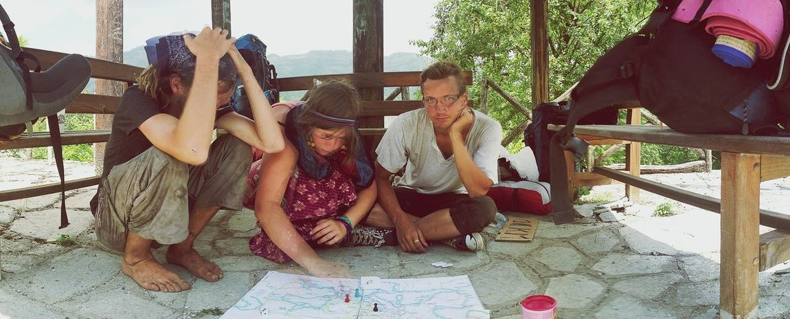 Greece : bored hitchhikers have the time to play Board Games while Hitchhiking - 25 Days Of Summer