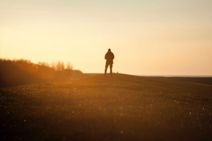 Der Sonne entgegen Preset AdobeLightroom Canon5dmk2 Canonphotography Analoglens 135mm Silhouette Sunset Real People Walking Field Nature Rear View Men Leisure Activity Tranquil Scene Tranquility Lifestyles Landscape Outdoors Beauty In Nature Scenics Full Length Standing Clear Sky Grass