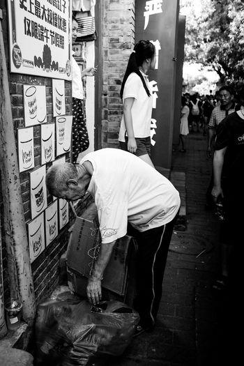 南锣鼓巷闹市区的老人