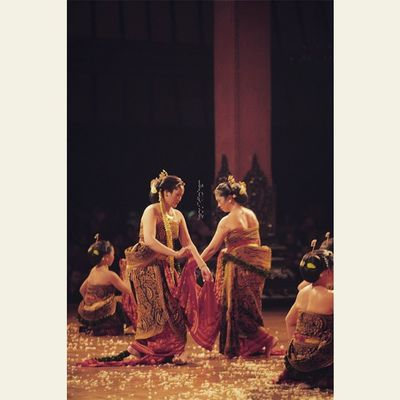PUT YOUR OWN CAPTION, I ENJOY THE MOTION Oyikk Worlddanceday Solovely Instadaily indonesia dance dancers javanese