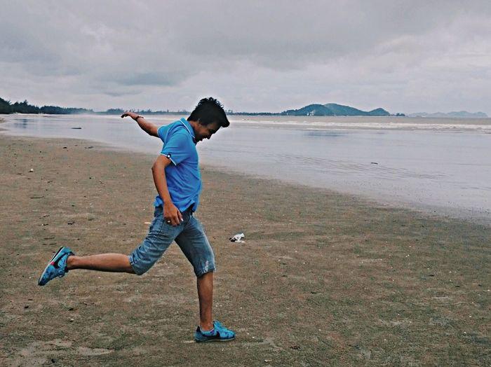 Setiap orang punya lucu yang tersendiri. Ada yang lucunya mencetuskan ketawa, ada yang lucunya dengan mentertawakan orang lain. Streetphotography Life Is A Beach Clouds And Sky Light And Shadow