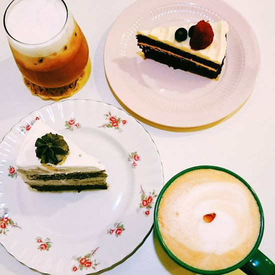 十十下午茶☕🍰。 Coffee Drinking A Latte Milk Tea Cakes Desserts Latte