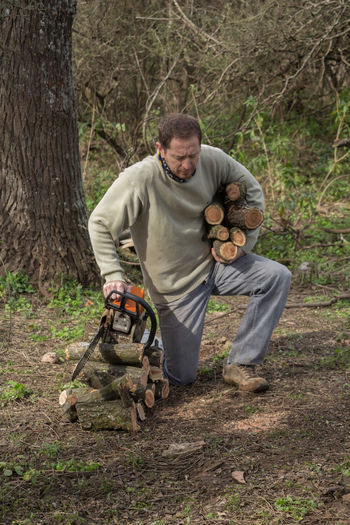 leñador en el bosque Woodcutter Man Logs EyeEm Selects Working One Man Only Men One Person Only Men Adult People Outdoors Nature Adults Only Occupation Tree Day Branch Manual Worker