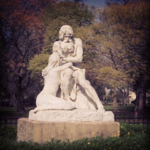 EL PERDÓN El perdón, del escultor francés Eugenio Boverie, la obra muestra los sentimientos y la bondad del ser humano. En ella se puede ver a un anciano, que está perdonando a una niña, arrodillada a sus pies. Esta escultura fue realizada en 1896 fue hecha en mármol y pesa dos toneladas. Está colocada sobre una base de ocho mil kilos. Boverie escultura Marmol Parqueavellaneda buenosaires cityporteña