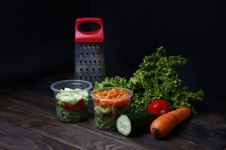 salada Healthy Eating Food And Drink Vegetable Food Fruit Wellbeing Freshness Red Indoors  Tomato Studio Shot No People Black Background Pepper Root Vegetable Still Life Table Cutting Board Carrot Close-up Herb Vegetarian Food