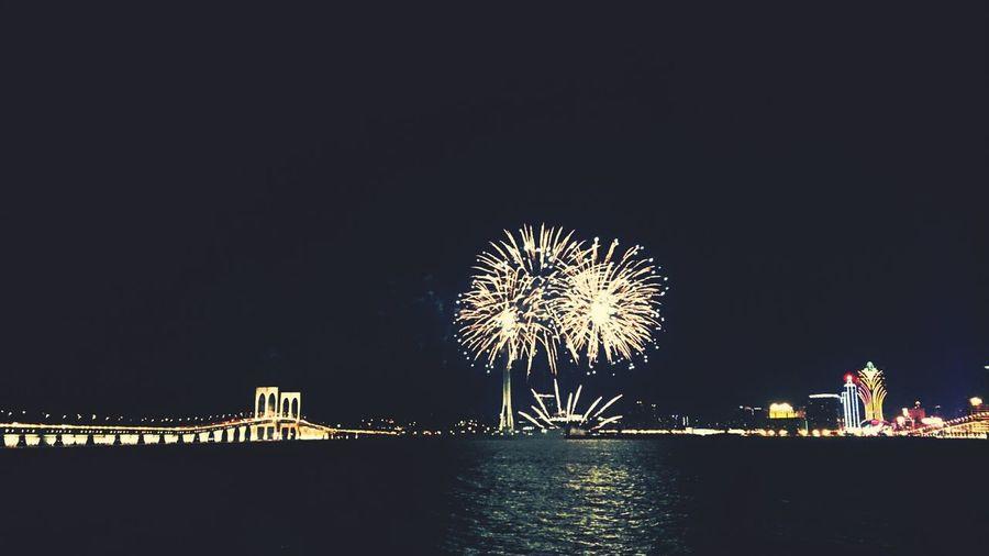 原來影夜景麻麻的Sony Xperia Z影煙花是Okay的\(° ▽° )b Fireworks Nightphotography Sea