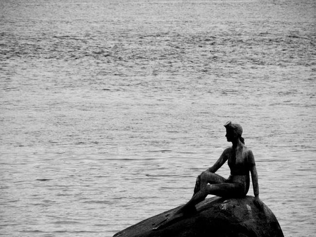 Big Stone Attraction Beauty Design Material A Lady Sculpture Sitting Day Stand Alone Beauty Lake View Artistic Sculpting A Perfect Body