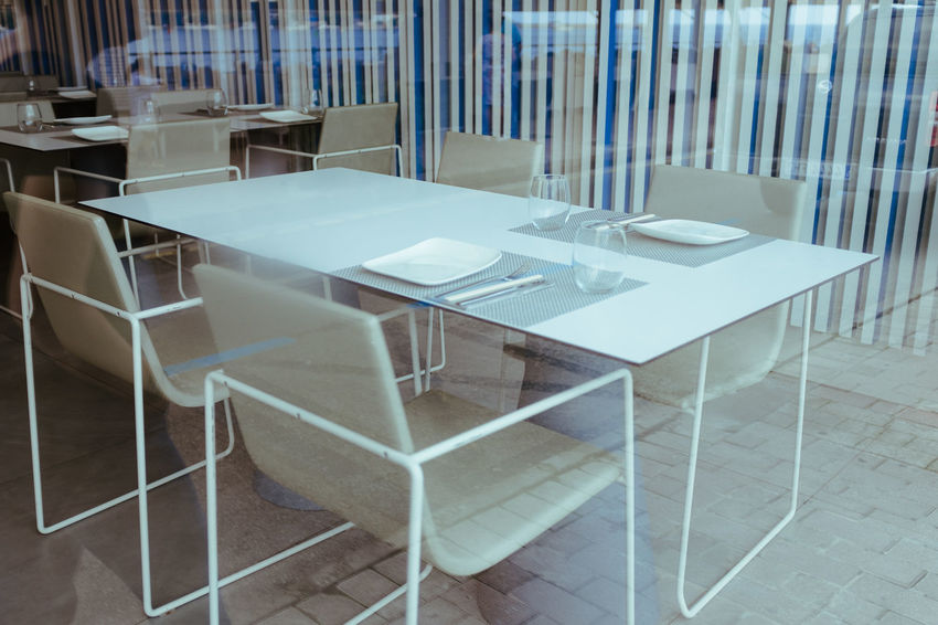 WHITE TABLES Fourdayspalma Table Chair Seat Empty Absence No People Indoors  Furniture Architecture Day Wood - Material White Color Flooring Tile Arrangement Business Glass - Material Restaurant Still Life Tiled Floor Glass Setting